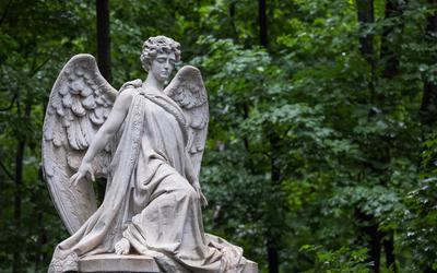 «Памятник — самое тяжелое»: рассказ украшателя могил о подработке на кладбище