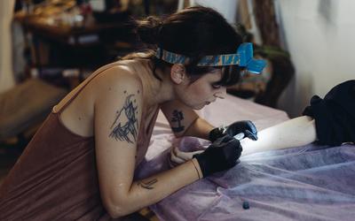 «Делать людям больно максимально нежно» — как работает татуировщик
