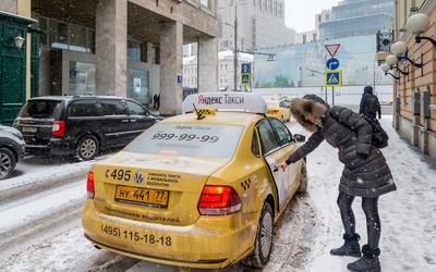 «Яндекс.Такси» просит бесплатно прививать курьеров-иностранцев от COVID-19