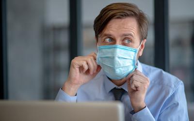 Роспотребнадзор намекнул, когда можно снять маски в офисах