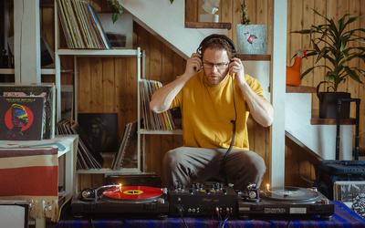 Коллекционер винила, радиоведущий, основатель Vinyl Garage Market — о буднях диджея